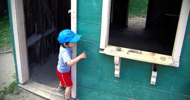 Grand Fiston (pas d'antan) qui joue dans une maisonnette de l'aire de jeux d'antan