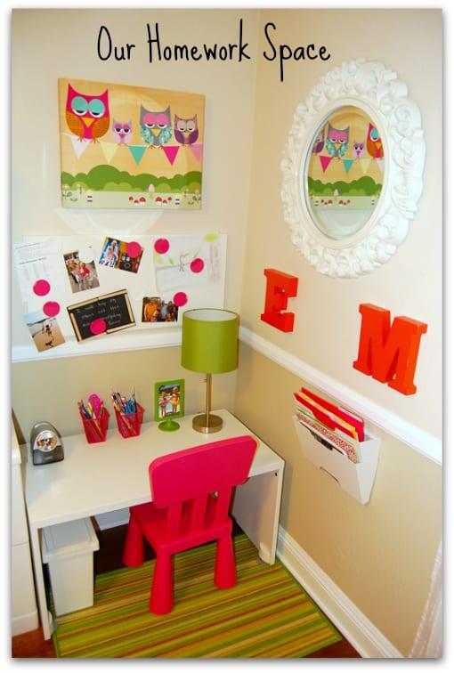 Un espace vraiment trop mignon, décoré au goût de l'enfant, avec un tableau d'affichage, une lampe, des petits meubles... direction IKEA, hein? (Source: Tiny Oranges)
