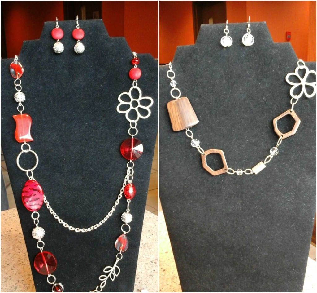 Des colliers uniques et asymétriques utilisant différents matériels... avec boucles d'oreilles assorties!