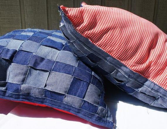 Coussin décoratif en jeans recyclé de FolArtists (Sainte-Julienne)