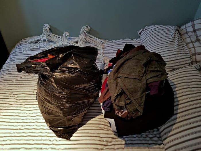 Un sac à donner, l'équivalent d'un bac en plastique à remiser pour les prochaines saisons... ou à éventuellement donner.